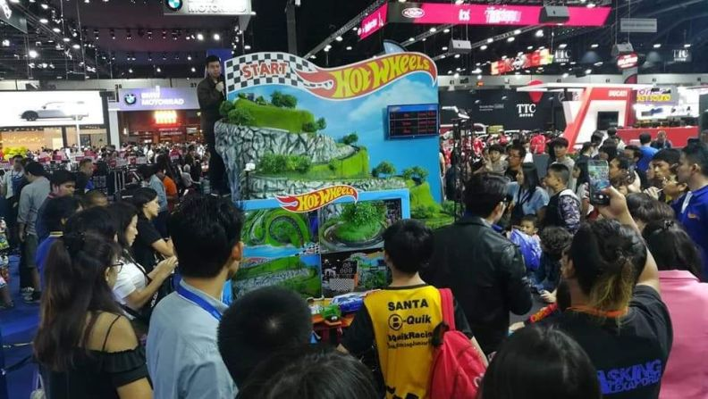 ผู้เข้าร่วมชมงานให้ความสนใจกับสนามแข่งหุบเขาแห่งเวลาเป็นจำนวนมาก